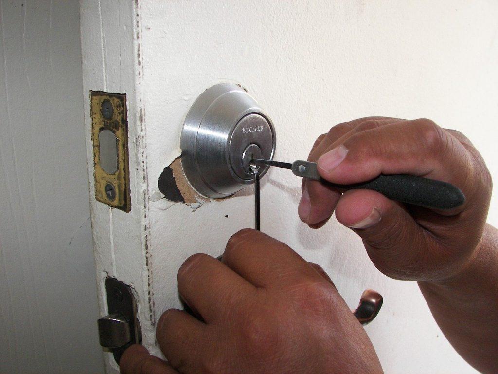 Serrurier, faisant les réparations d'une serrure de porte