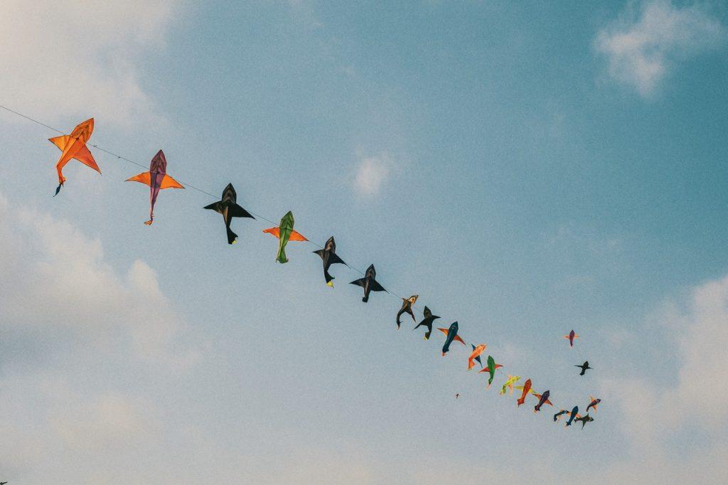 Groupe de cerf-volant colorés dans le ciel
