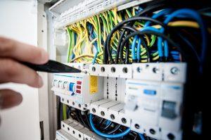 Électricien travaillant sur un compteur