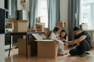 Famille emballant leur carton pour déménagement