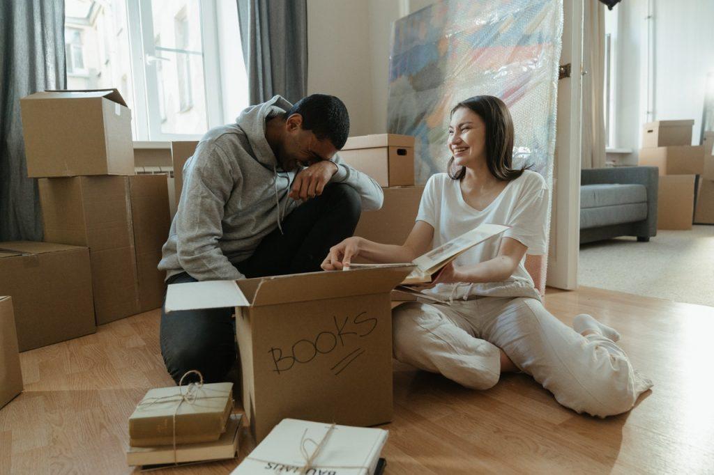Nostalgie couple regardant photos avant déménagement