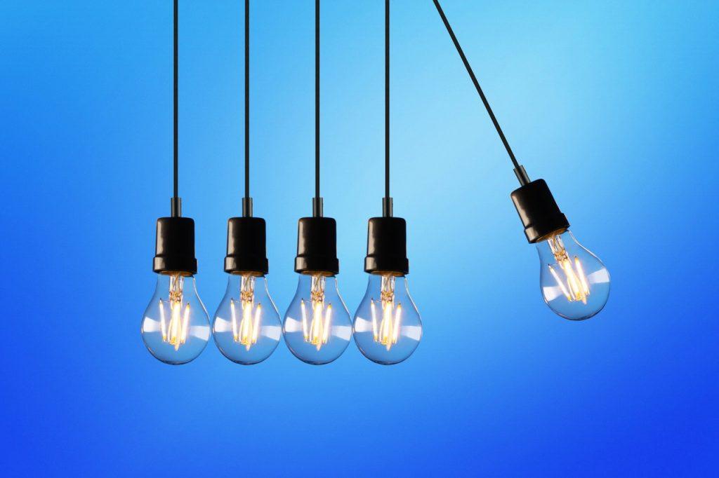 Plusieurs ampoules s'entrechoquant l'une à l'autre