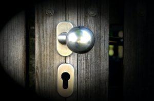 Poignet et serrure d une porte en bois