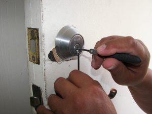 Serrurier réparant une serrure de porte