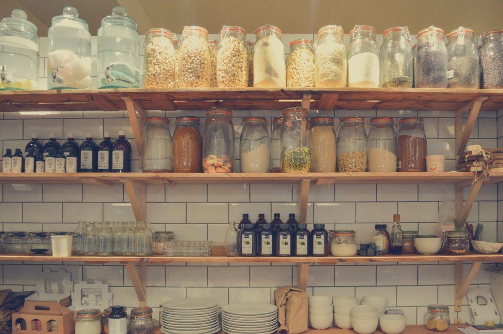 Bocaux de rangement, étagère dans cuisine