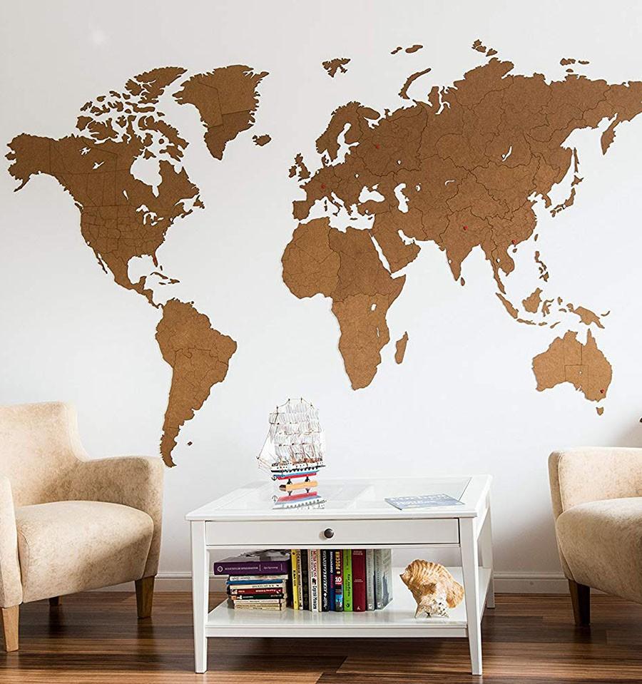 Carte du monde en bois sur le mur