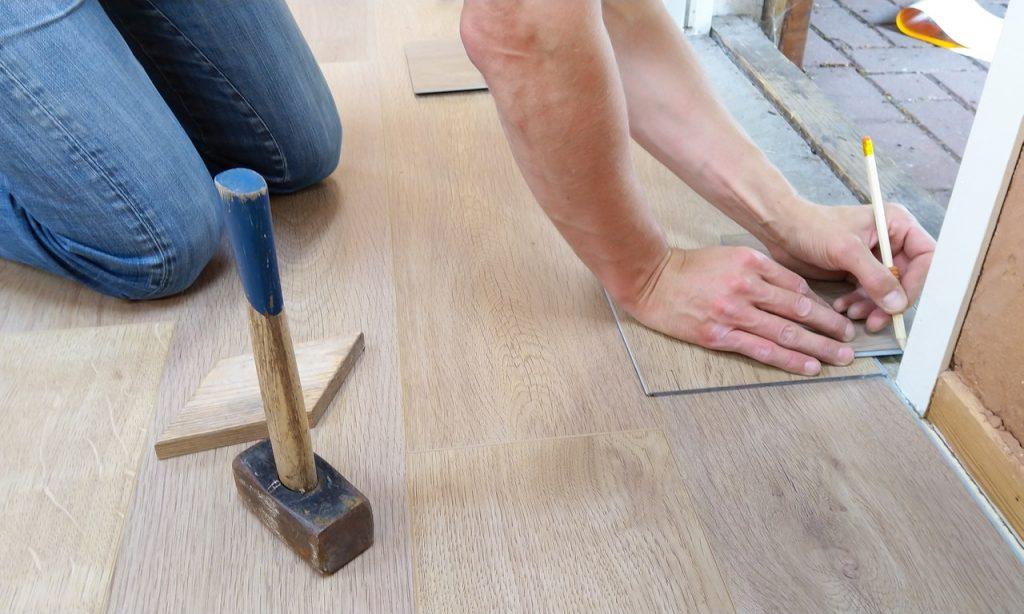 Homme faisant chantier de rénovation