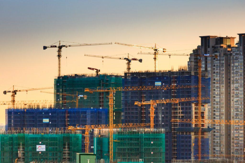 Immeuble en chantier, grue, coucher du soleil