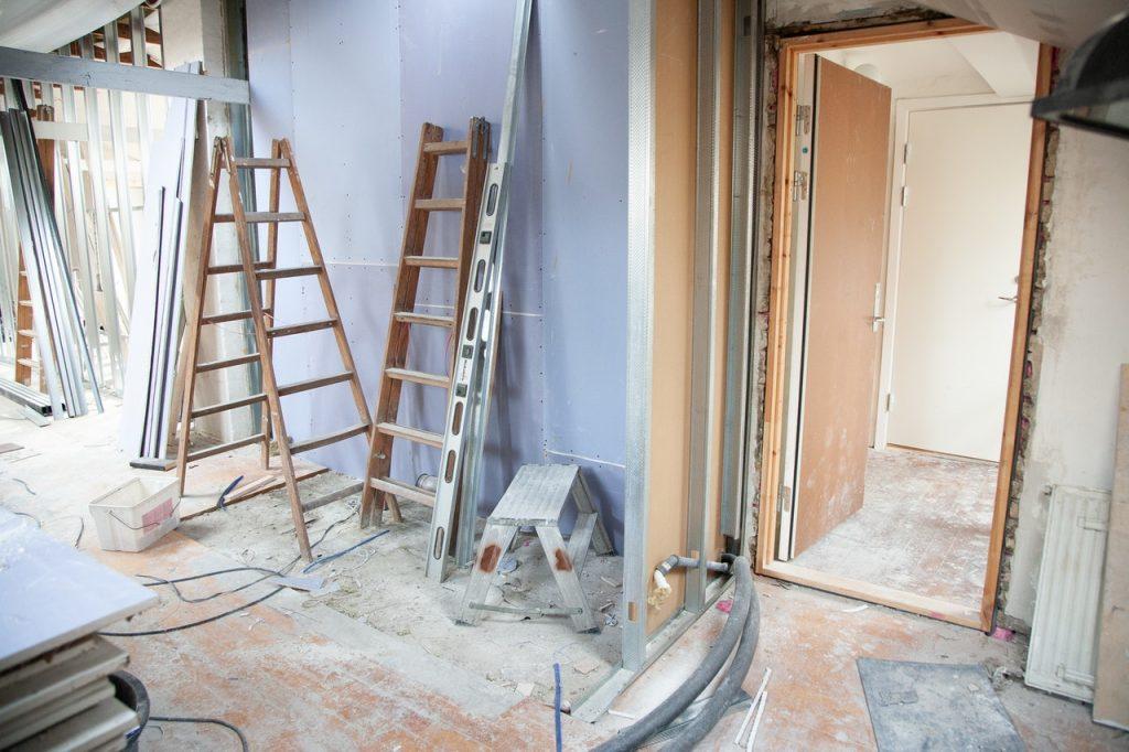 Logement en travaux, rénovation, peinture des murs