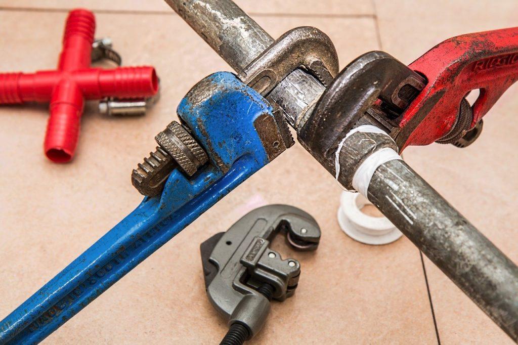 Tuyau plomberie avec outils fuite