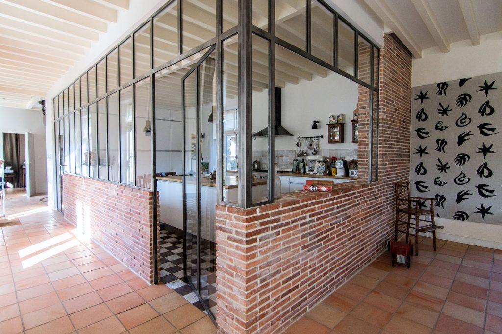 Verrière avec cloison en brique, séparant cuisine, création de Verrière Factory