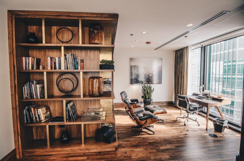 Etagère en bois massif, dans salon ou bureau avec chaise bibliothèque et baie vitrée