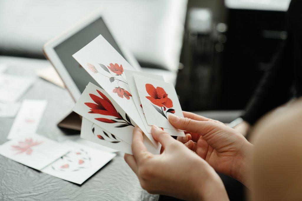 Femme avec stickers, choix visuels fleurs