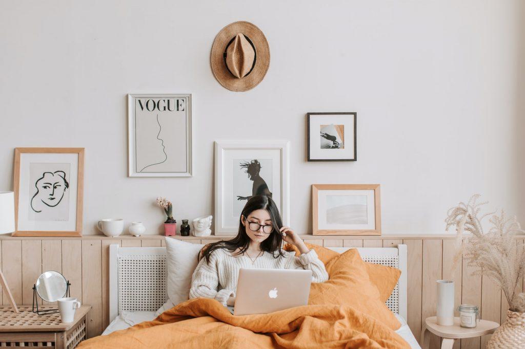 Femme sur son lit et entouré d'affiche