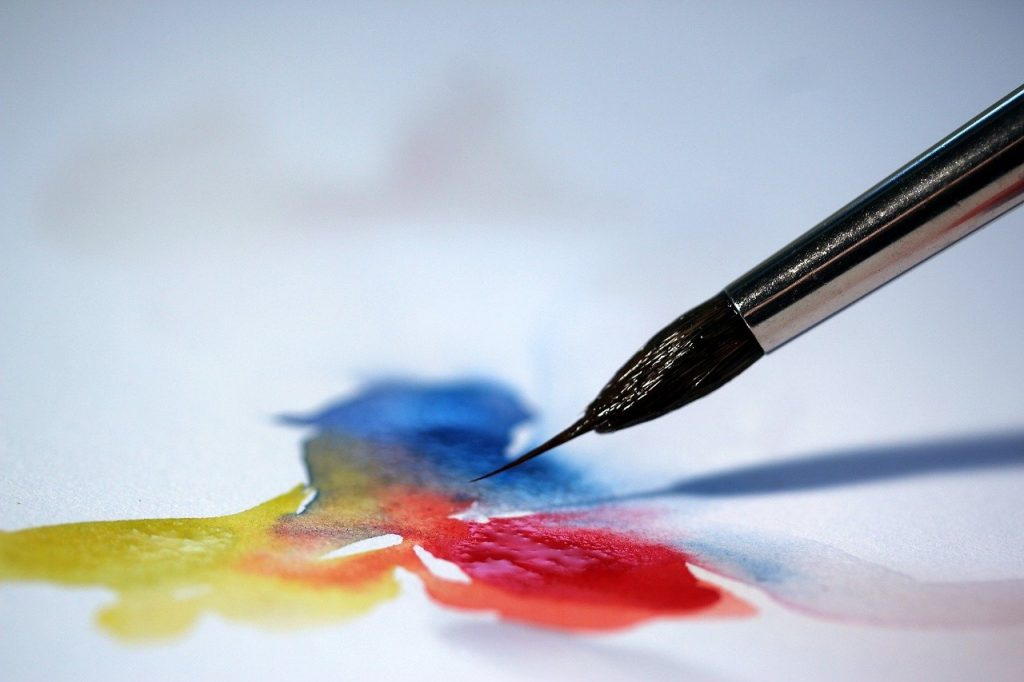 Pinceau mélangeant les 3 couleurs primaires