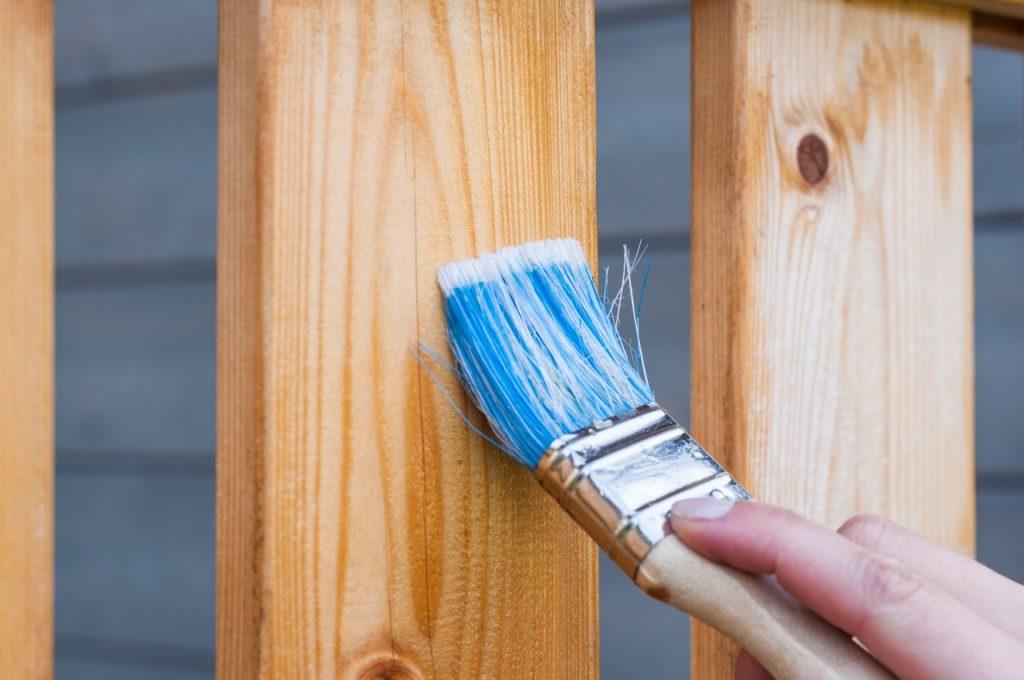Couche de protection, vernis sur bois à l'aide d'un pinceau bleu