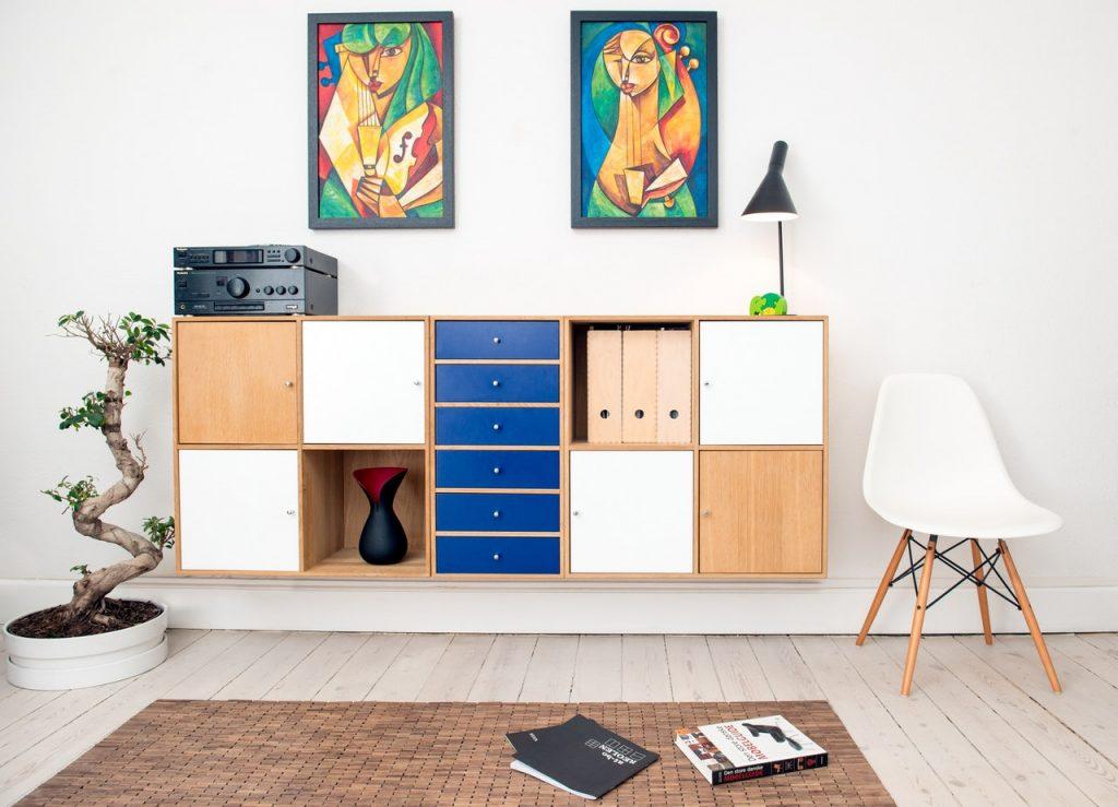 Salon aménagé, avec meuble combiné et chaise scandinave