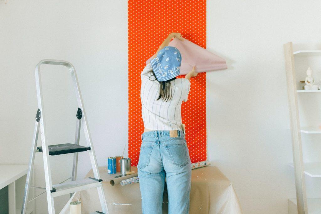 Femme posant papier peint