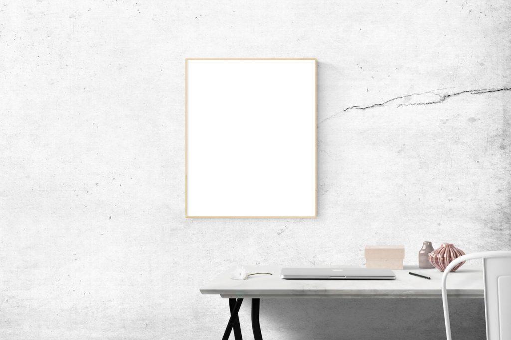 Mur blanc, béton, avec fissure, tableau accroché et bureau