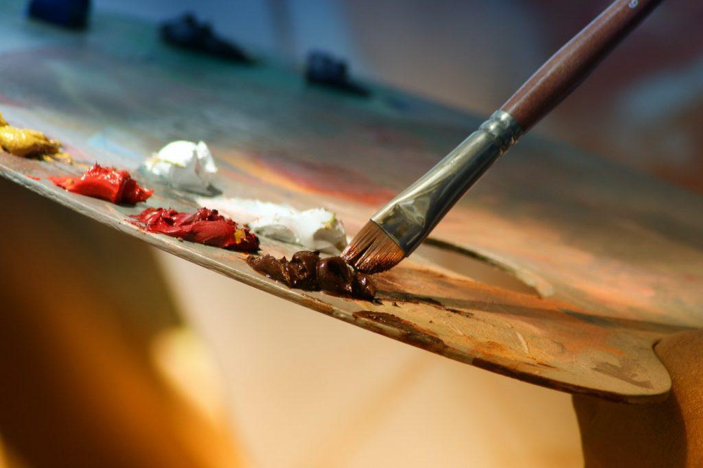 Palette de peinture avec pinceau et couleurs rouge et blanc