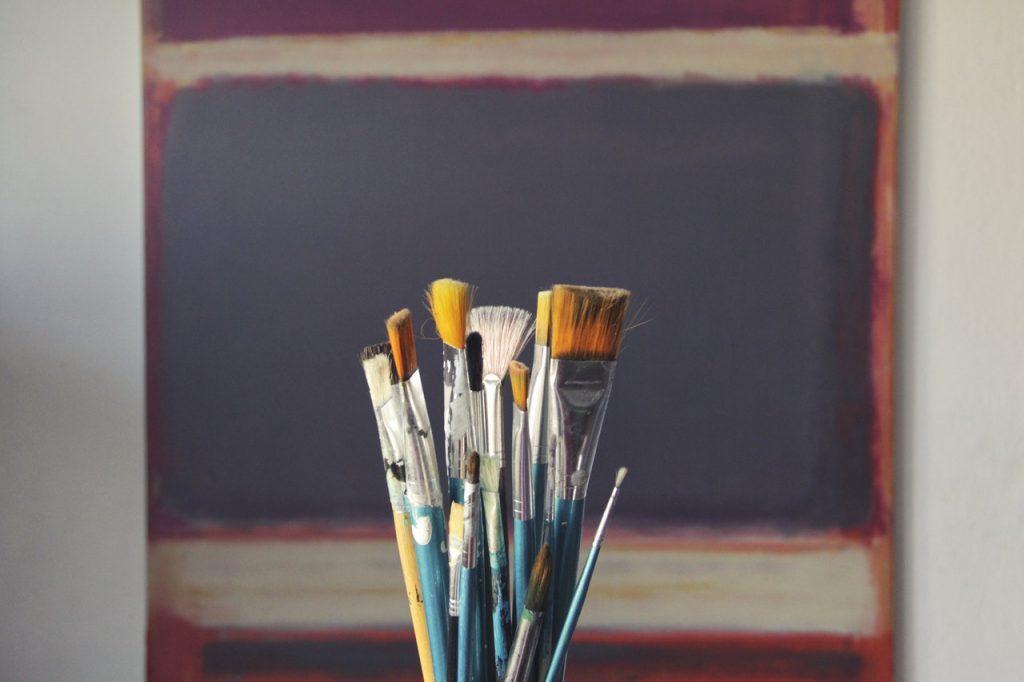 pot de pinceau pour faire de la peinture