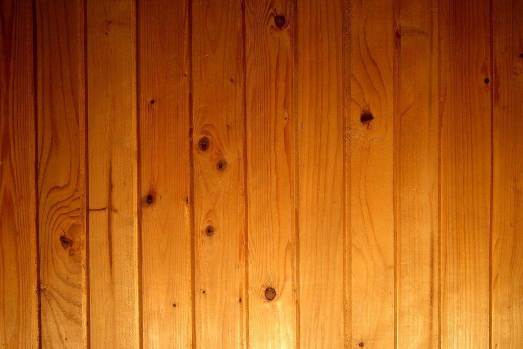 Mur en lambris clair bois