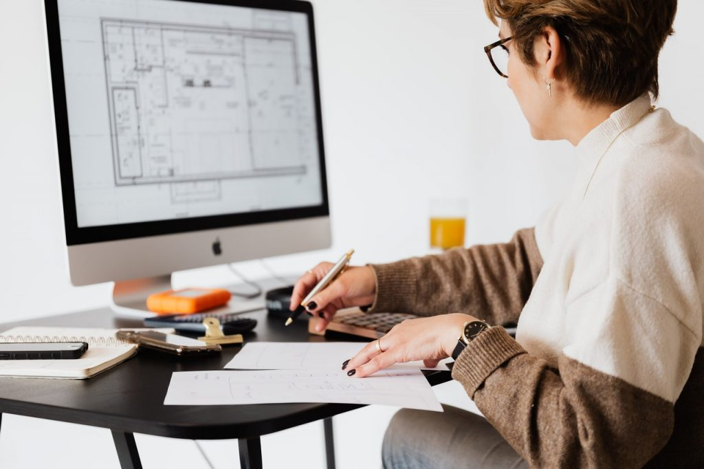 Femme travaillant devant un ordinateur, plan, architecte
