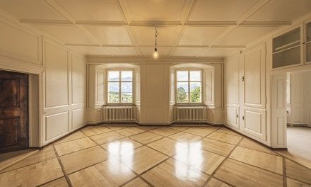 Comment nettoyer un salon de A à Z après emménagement ?