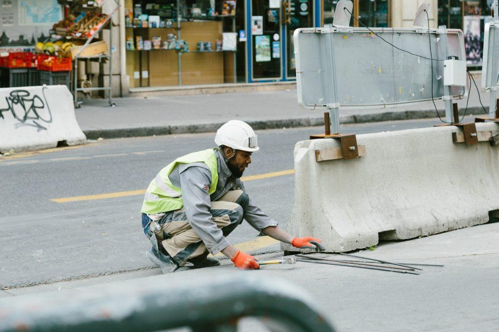 Ouvrier travaillant sur un chantier  routier en tenu