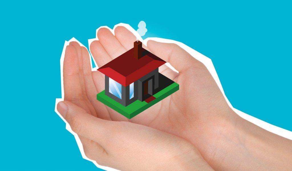 Maison entre des mains, se sentir en sécurité, en cas de sinistre avec une assurance
