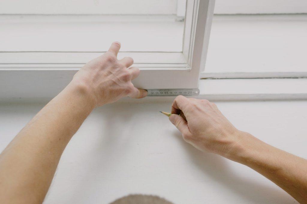 Homme prenant des mesures sur une porte
